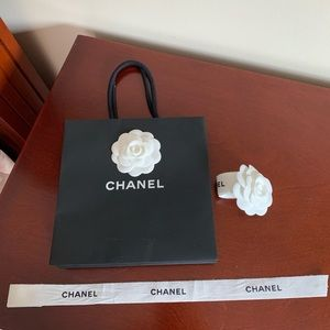 CHANEL   Gift bag & ribbon with flower